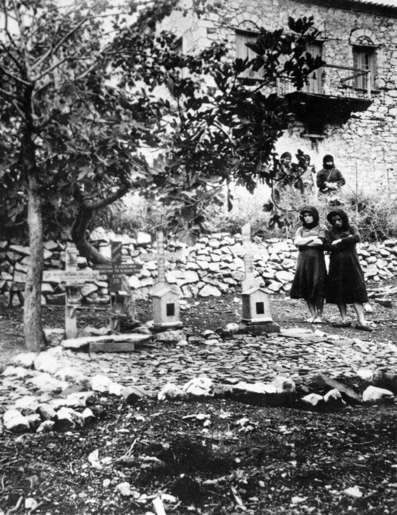 Γυναίκες θρηνούν πάνω από τους τάφους θυμάτων μετά τη σφαγή στο Δίστομο από τους Γερμανούς ναζί