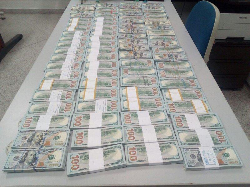 Τα 800.000 δολάρια, σε μετρητά, που εντόπισαν οι τελωνειακοί