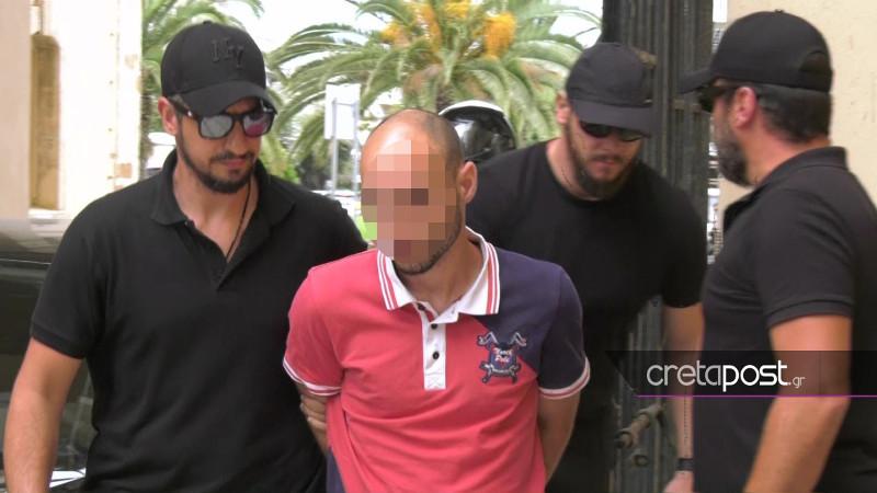 Ο 27χρονος καθ' ομολογίαν δολοφόνος της Αμερικανίδας βιολόγου οδηγείται στον Εισαγγελέα / Φωτογραφία: cretapost.gr