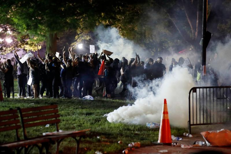 Βίαια επεισόδια ξέσπασαν την Παρασκευή το βράδυ έξω από τον Λευκό Οίκο