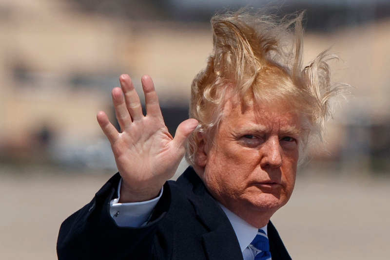 Ντόναλντ Τραμπ αέρας έχει σηκώσει τα μαλλιά του
