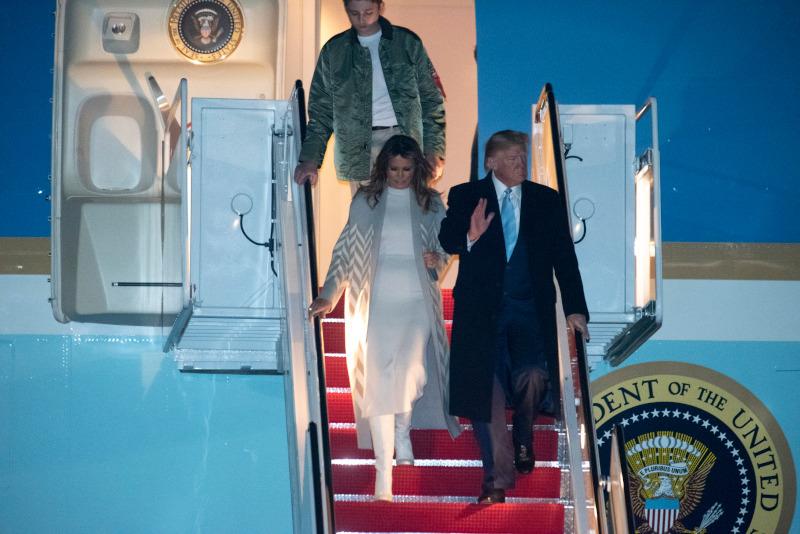Ο Ντόναλντ Τραμπ με την σύζυγό του Μελάνια και τον γιο τους Μπάιρον αποβιβάζονται από το Air Force One