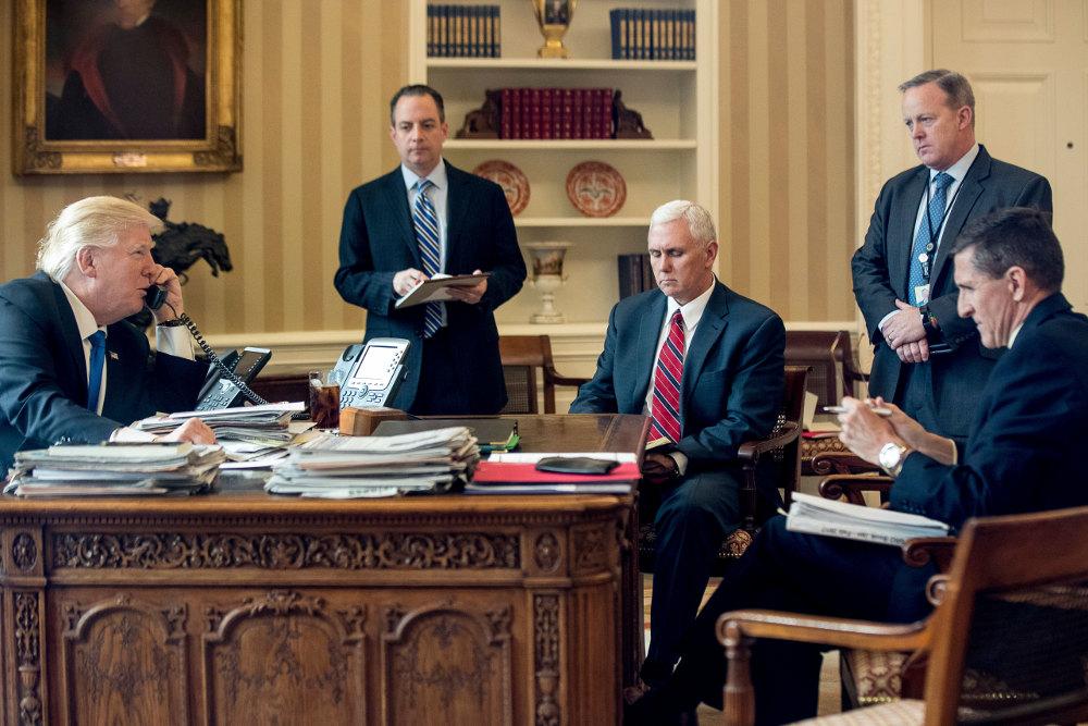 Ο Ντόναλντ Τραμπ στο οβάλ γραφείο με τους συνεργάτες του. Δεξιά, όρθιος διακρίνεται ο Σον Σπάισερ