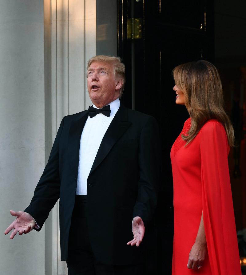 Ο Ντόναλντ Τραμπ με ανοικτό το στόμα και η Μελάνια Τραμπ δίπλα με κόκκινο φόρεμα