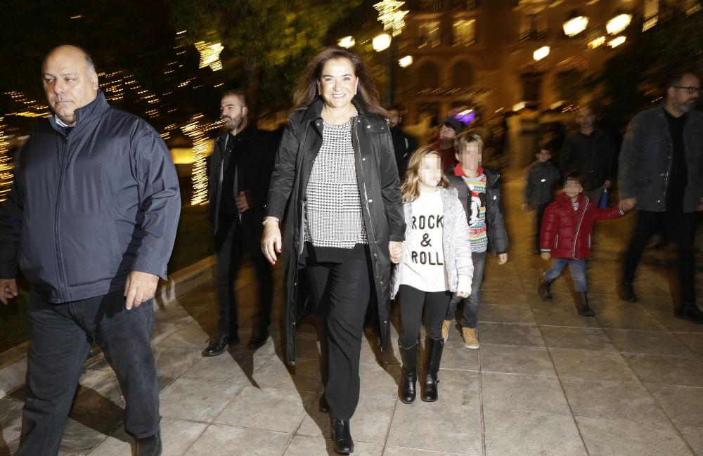 Η βουλευτής της ΝΔ, Ντόρα Μπακογιάννη στην πλατεία Συντάγματος με την εγγονή της