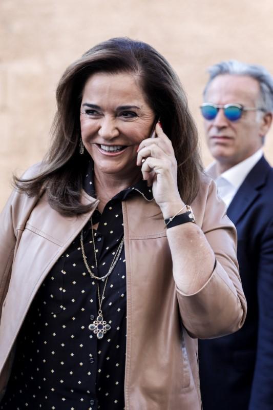Η Ντόρα Μπακογιάννη μιλά στο τηλέφωνο