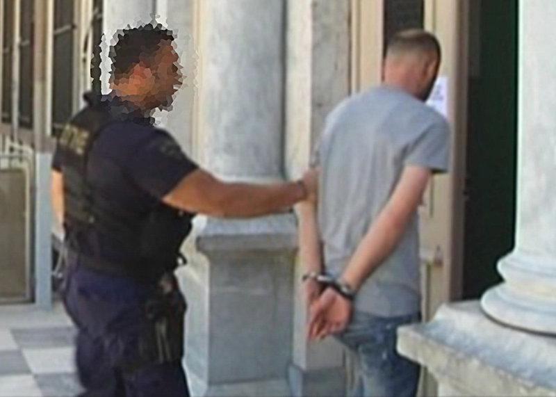Ο δράστης οδηγείται με χειροπέδες στα δικαστήρια