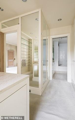 Η κύρια σουίτα διαθέτει δωμάτια ντουλάπες για τα ρούχα του ιδιοκτήτη και χωριστά για την ιδιοκτήτρια