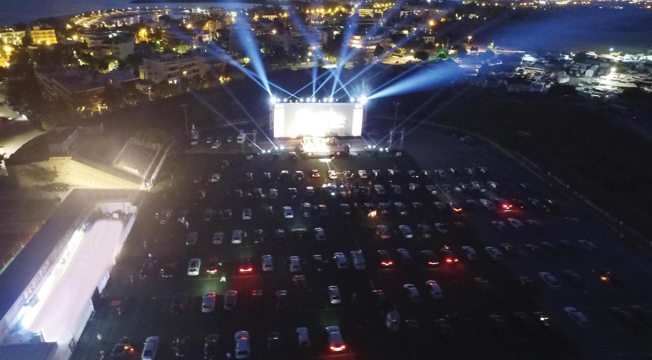 Αυτοκίνητα στο drive in της Γλυφάδας σε εκδήλωση