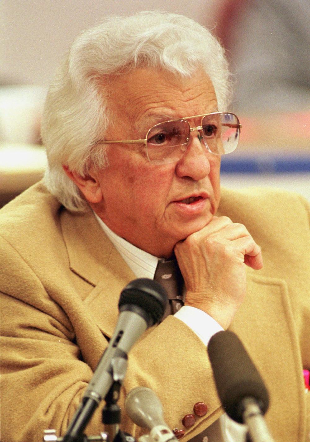 Ο Δρ. Νικ περνά από την επιτροπή που του στερεί το δικαίωμα να ασκεί το επάγγελμα του γιατρού το 1995