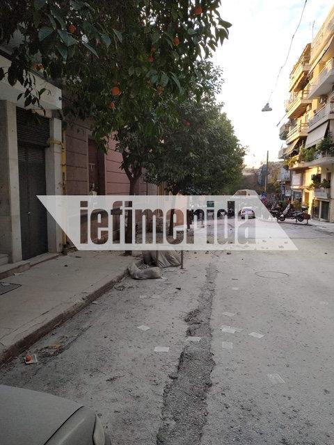 Τρικάκια στο οδόστρωμα πέταξαν οι αντιεξουσιαστές στο Κουκάκι