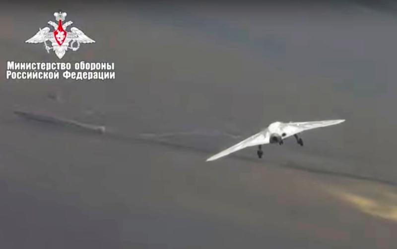 Το νέο ρωσικό μαχητικό drone  εν πτήσει.
