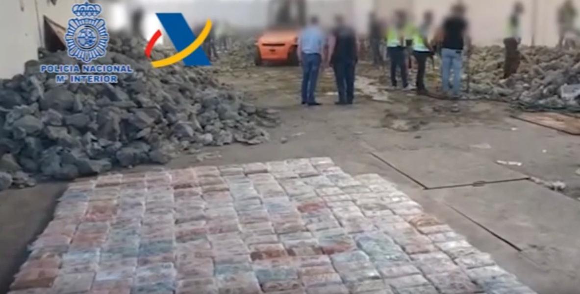 785 πακέτα με κοκαϊνή βάρους άνω του ενός κιλού το καθένα έβγαλαν οι αστυνομικοί από τις ψεύτικες πέτρες.
