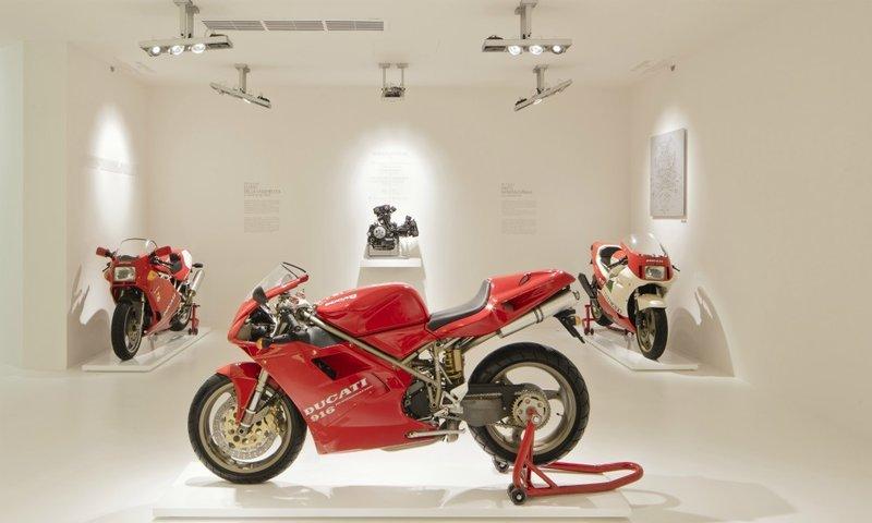 Στο μουσείο της Ducati στην Μπολόνια, της Ιταλίας εκτίθται ένα από τα τρία πρωτότυπα της θρυλικής 916 , τα οποία ο Massimo Tamburini εξέλιξε την μοτοσυκλέτα που παρουσιάστηκε το 1994.