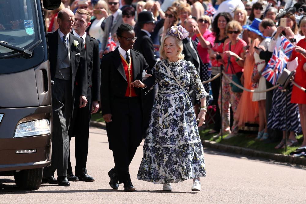 δούκισσα του Κεντ με το ίδιο ακριβώς φόρεμα, συνδυασμένο με μαργαριταρένιο κολιέ και αθλητικά παπούτσια στον γάμο του πρίγκιπα Χάρι και της Μέγκαν Μαρκλ, πέρυσι τον Μάιο