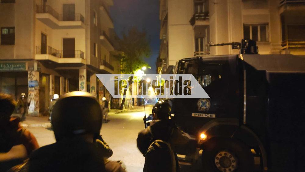 Δυνάμεις της αστυνομίας στην πλατεία Εξαρχείων απέναντι σε μικρή ομάδα ταραξιών