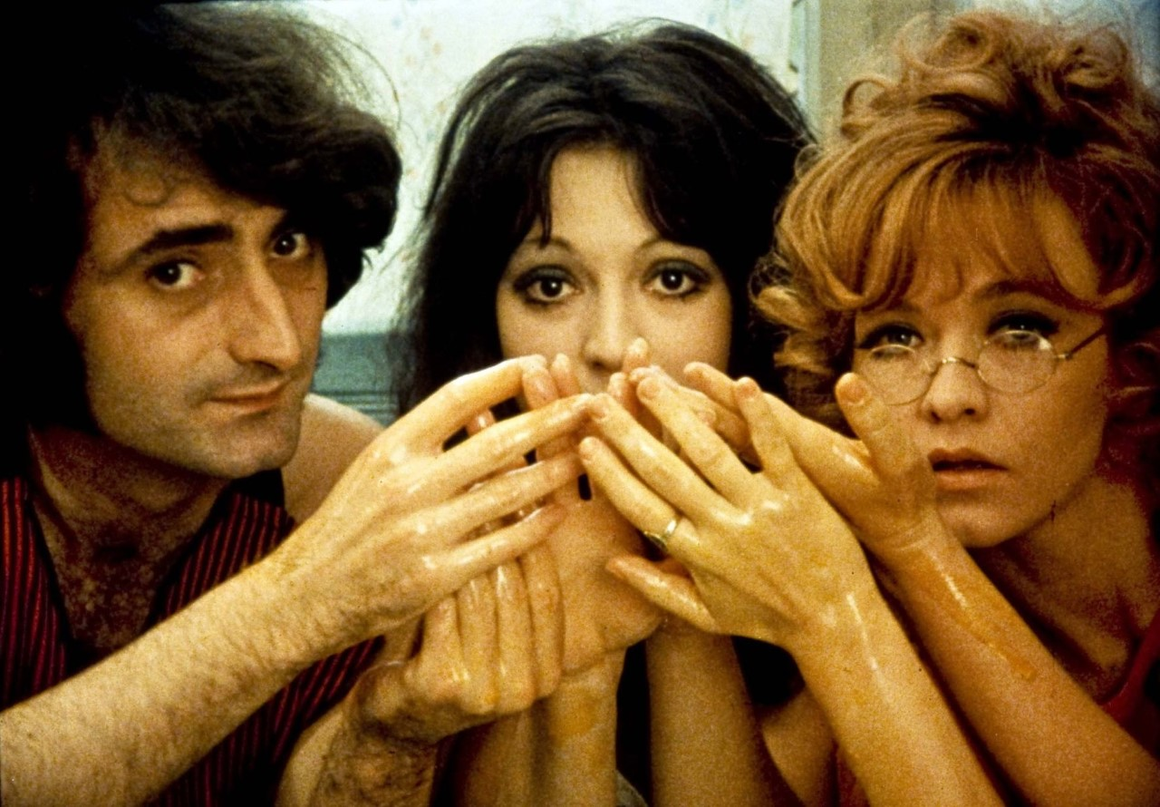 τρεις με χερια μπροστα στο προσωπο