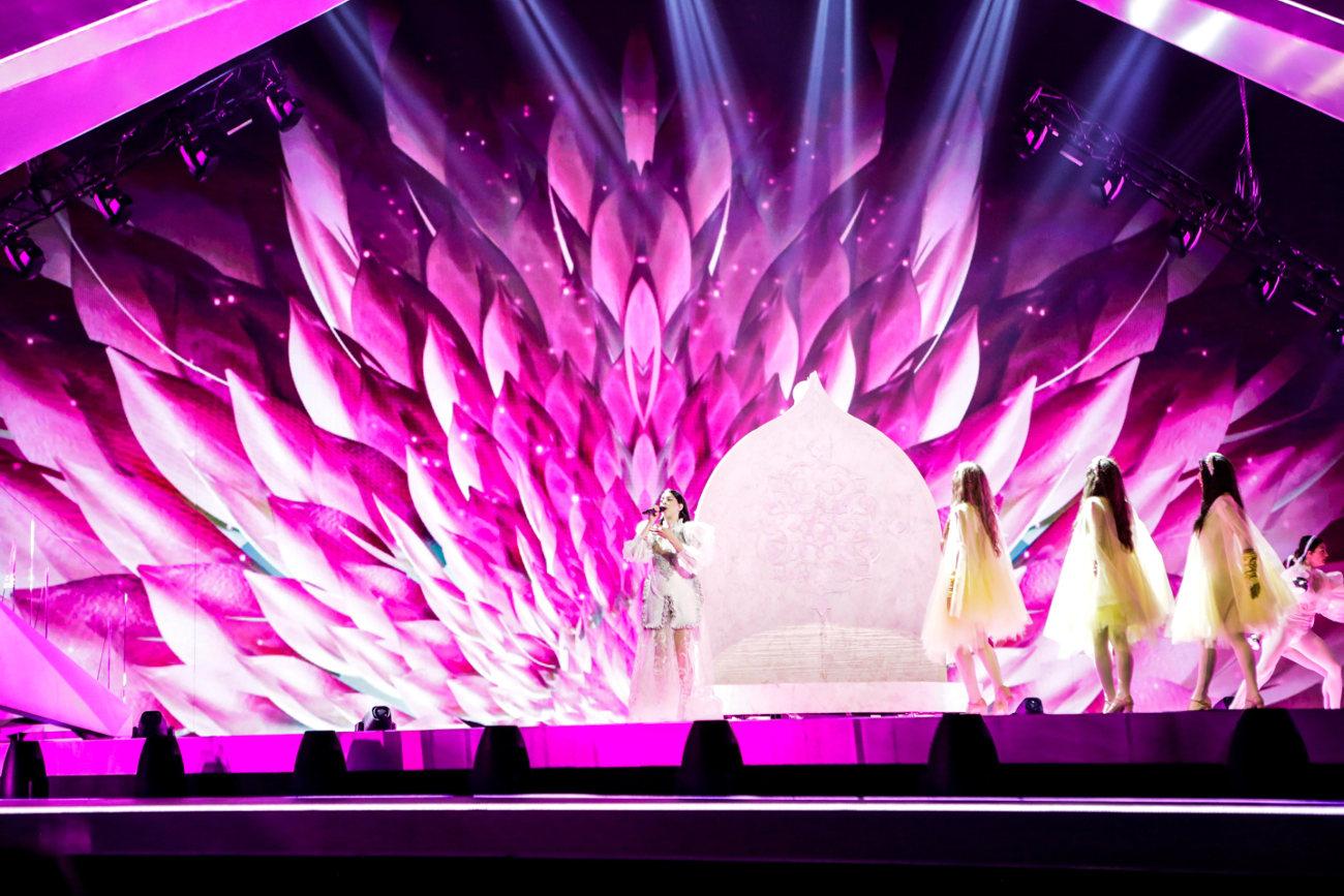 Γεμίζει με αποχρώσεις του ροζ η σκηνή της Eurovision κατά την διάρκεια της ερμηνείας του ελληνικού κομματιού