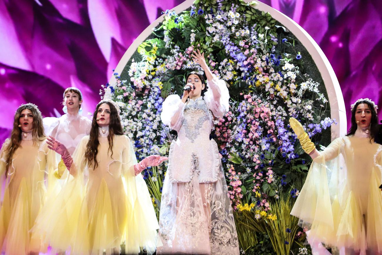 Η μεγάλη κατασκευή στο κέντρο της σκηνή γίνεται ένας κάθετος κήπος όσο η Κατερίνα Ντούσκα ερμηνεύει το Better Love