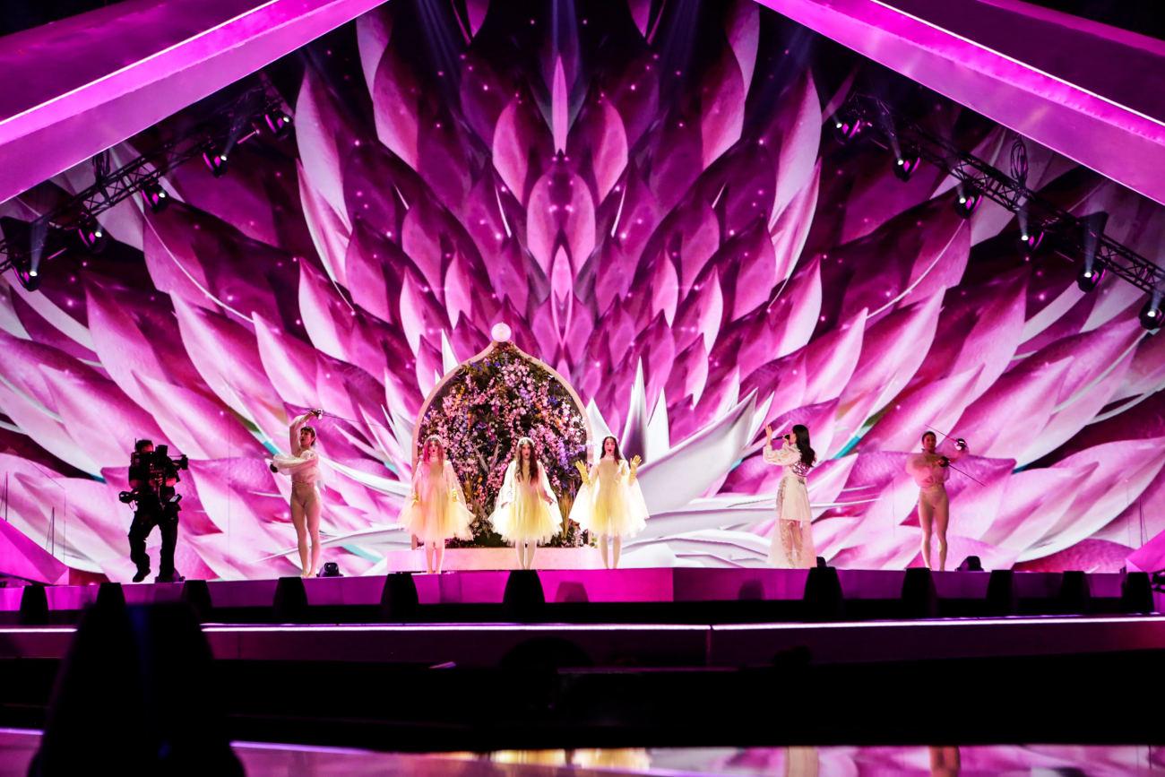 Τα ροζ κύματα - φτερά μονοπωλούν τη σκηνή της Eurovision, την ώρα της ερμηνείας του Better Love