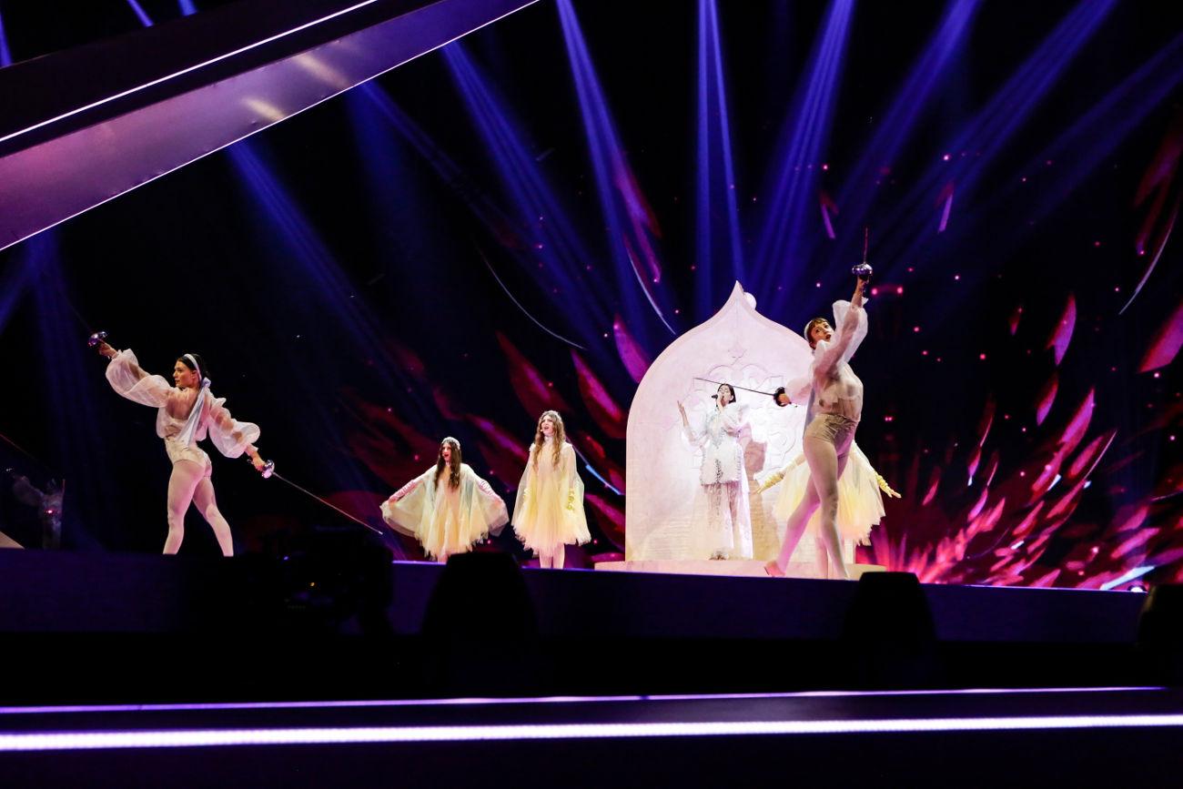 Δύο από τις χορεύτριες της ελληνικής αποστολής επιδίδονται σε ξιφομαχία στη σκηνή της Eurovision