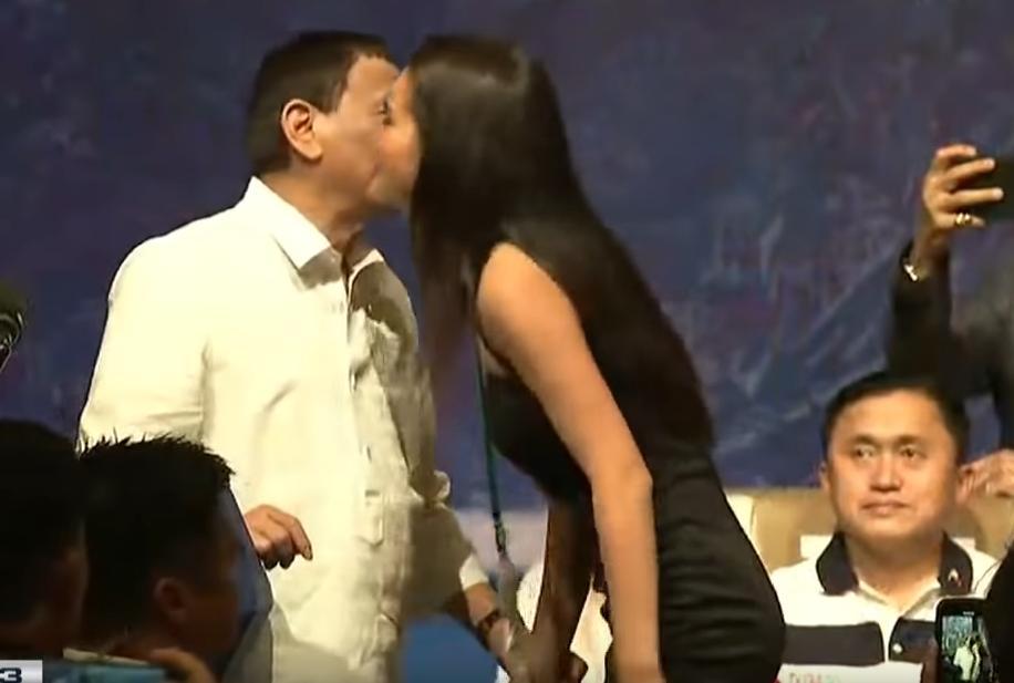 O Ντουτέρτε αντάλλαξε φιλιά με τέσσερις νεαρές γυναίκες από το ακροατήριο.