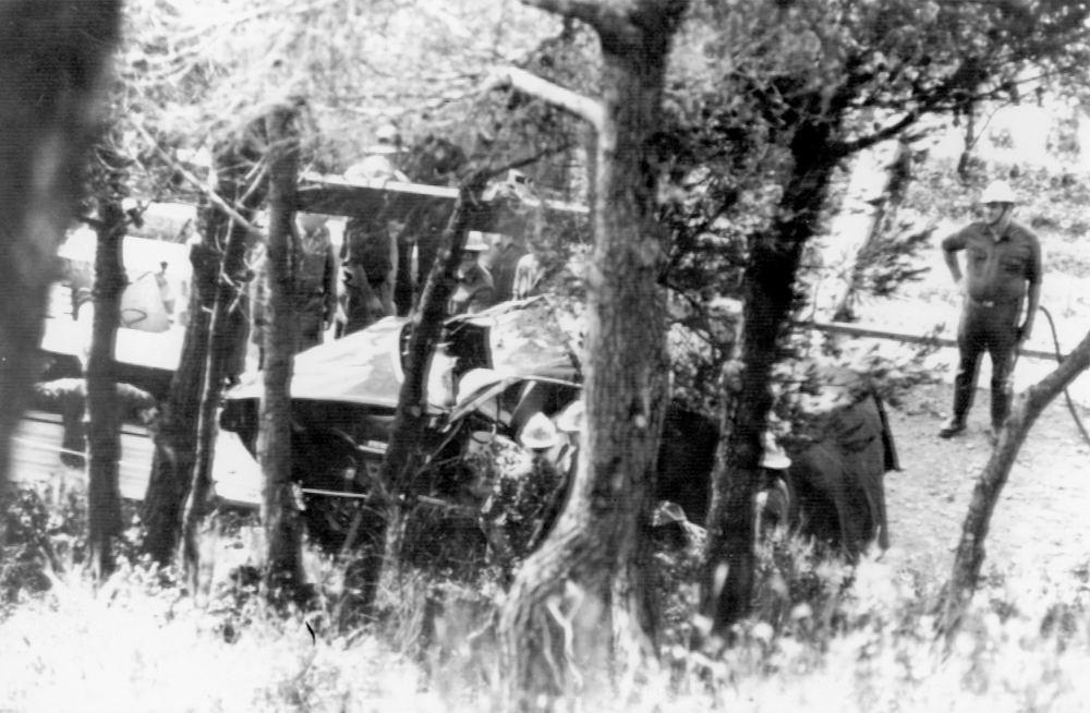 Η άμορφη μάζα του αυτοκινήτου στο οποίο επέβαινε η Γκρέις Κέλι με την 17χρονη τότε κόρη της Στεφανί