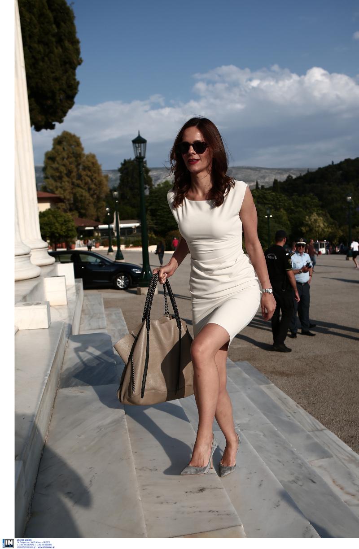 Η Εφη Αχτσιόγλου με λευκό midi φόρεμα