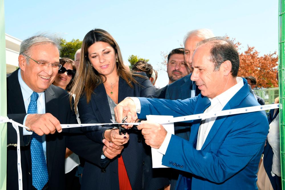 Πρόεδρος του Δ.Σ. της ΕΛΠΕ κ. Γιάννης Παπαθανασίου, η Υφυπουργός Παιδείας και Θρησκευμάτων κα  Σοφία Ζαχαράκη και ο Δήμαρχος Ραφήνας-Πικερμίου κ. Ευάγγελος Μπουρνούς, εγκαινιάζουν το πλήρως ανακατασκευασμένο και ανακαινισμένο κτιριακό συγκρότημα.