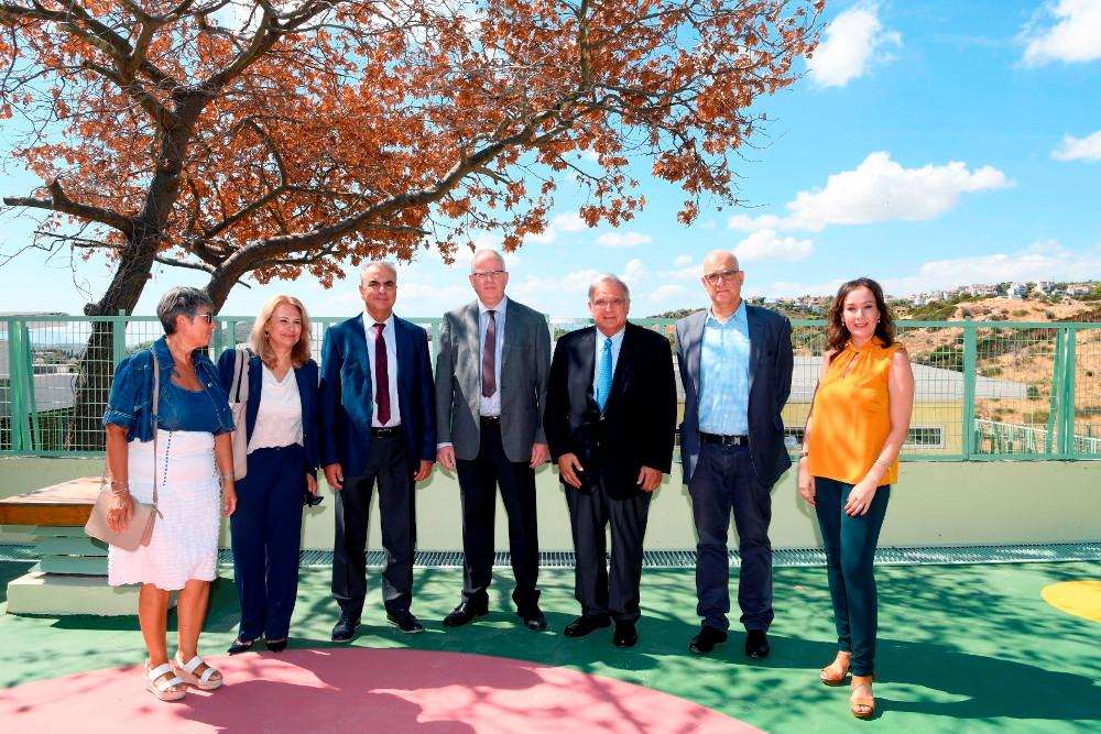 """Από αριστερά, η κα Παναγιώτα Κανέλλη χημικός μηχανικός και διευθύντρια Process της ASPROFOS, η Διευθύντρια ΕΚΕ Ομίλου ΕΛΠΕ κα Ράνια Σουλάκη, ο Πρόεδρος και ο Διευθύνων Σύμβουλος της """"ASPROFOS Engineering"""" κ.κ.Βασίλης Κουνέλης και Πέτρος Παπασωτηρίου, ο Πρόεδρος Δ.Σ. της ΕΛΠΕ κ. Γιάννης Παπαθανασίου, ο Διευθυντής Εταιρικών Σχέσεων Ομίλου ΕΛΠΕ κ. Γιάννης Κορωναίος και η Διευθύντρια του Έργου και Πολιτικός Μηχανικός της ASPROFOS Engineering κα Παρασκευή Καπέλλα."""
