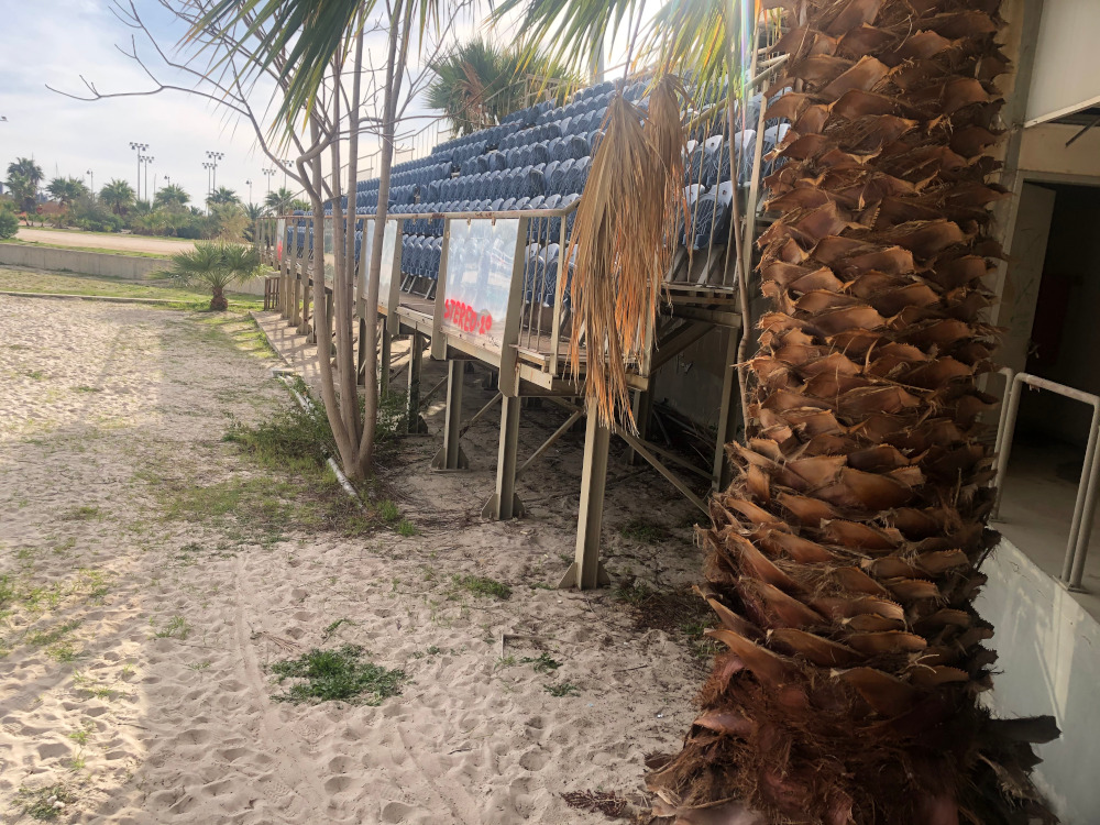Χόρτα φυτρώνουν παντού στο γήπεδο