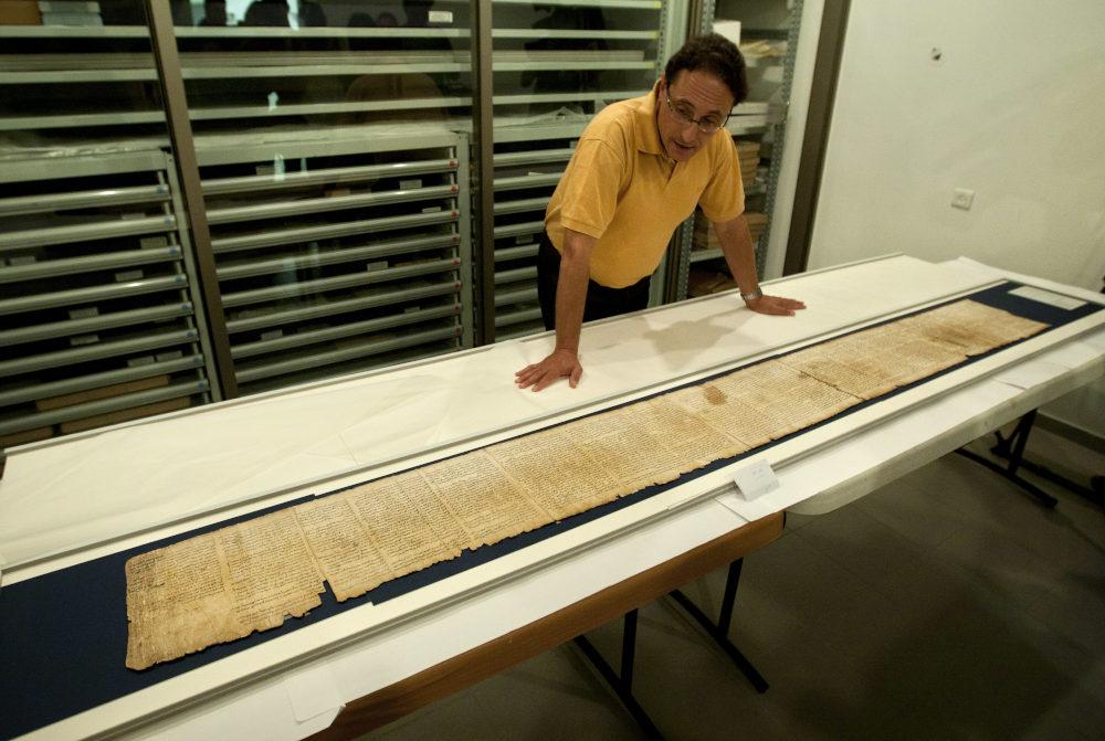 Ερευνητής παρουσιάζει μέρος των χειρόγραφων της Νεκράς Θάλασσας που εντοπίστηκαν στη σημερινή Δυτική Όχθη
