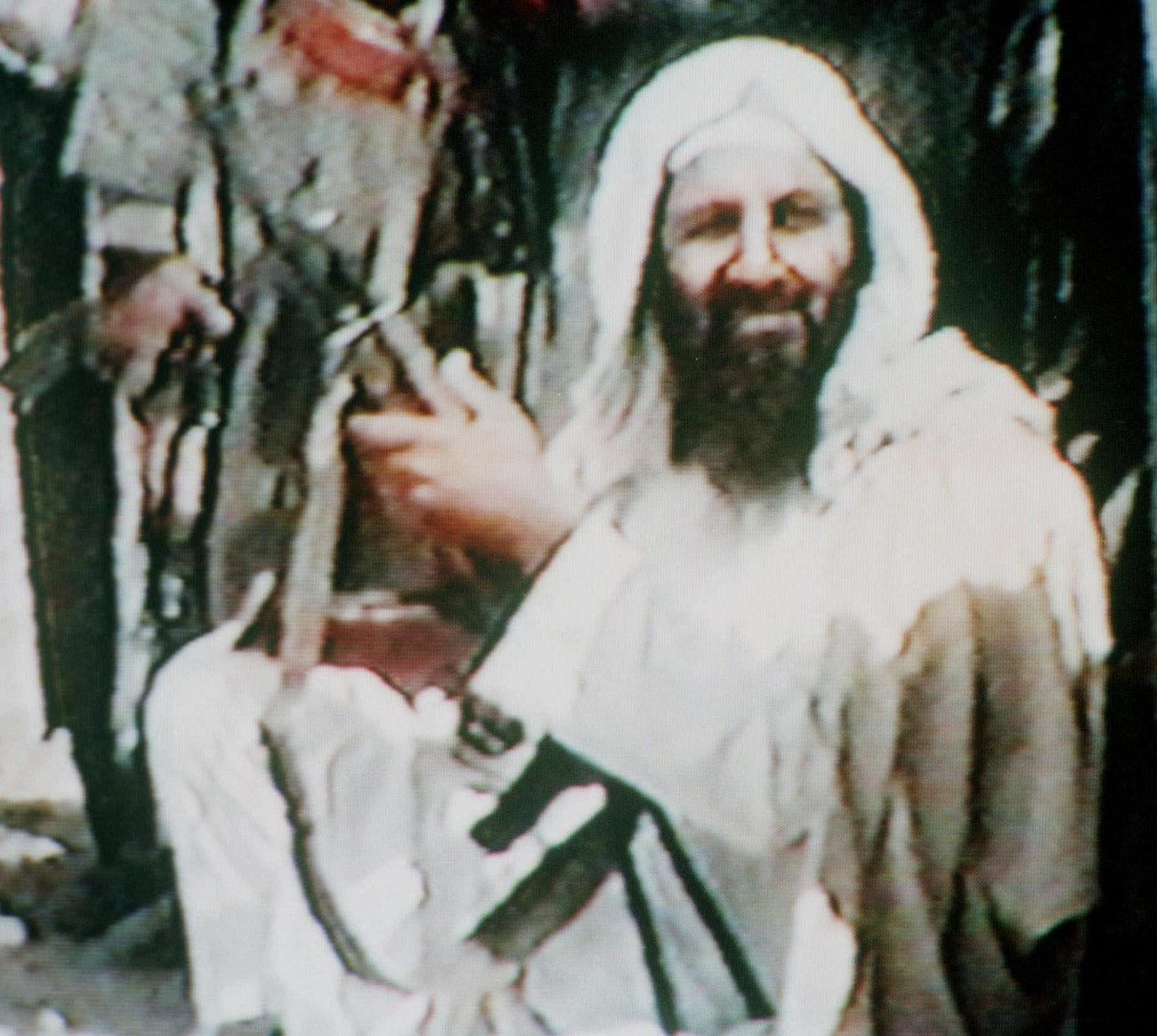 Μια από τις τελευταίες εικόνες του Οσάμα Μπιν Λάντεν πριν την επιχείριση των Αμερικανών στην οποία και έπεσε νεκρός