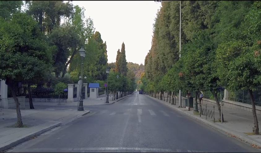 Εικόνα από το πίσω μέρος της ελληνικής Βουλής στο κέντρο της Αθήνας τον Αύγουστο / Φωτογραφία: Youtube / UpDrone