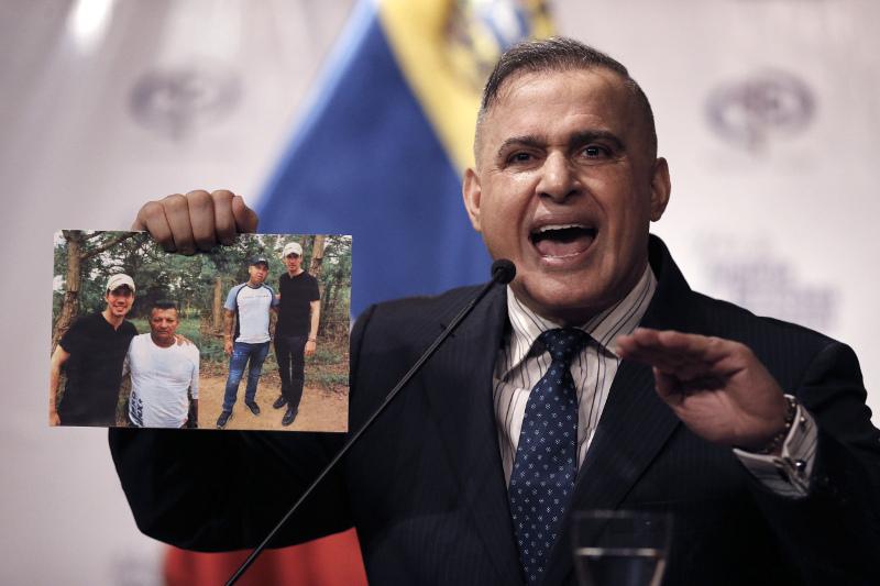 Ο εισαγγελέας της Βενεζουέλας κρατά φωτογραφίες του Χουάν Γκουαϊδό