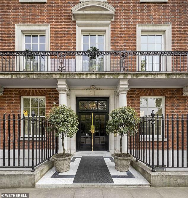 Η είσοδος της πολυτελούς κατοικίας στην πλατεία Grosvenor