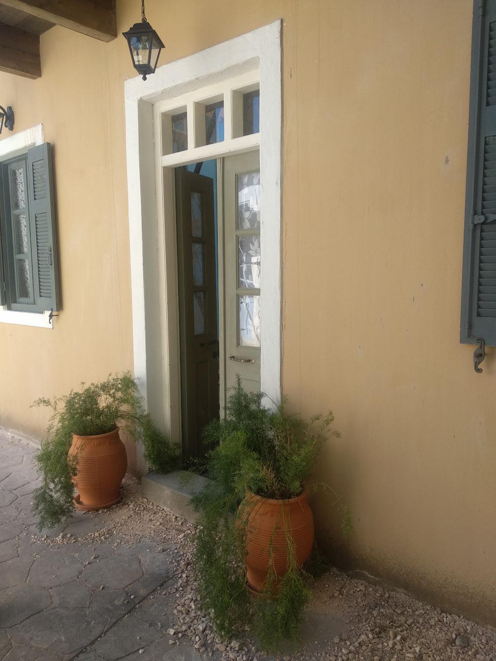 Η είσοδος για το σπίτι του Δούκα και της Μυρσίνης Σεβαστού, στα σκηνικά της σειράς «'Αγριες Μέλισσες»