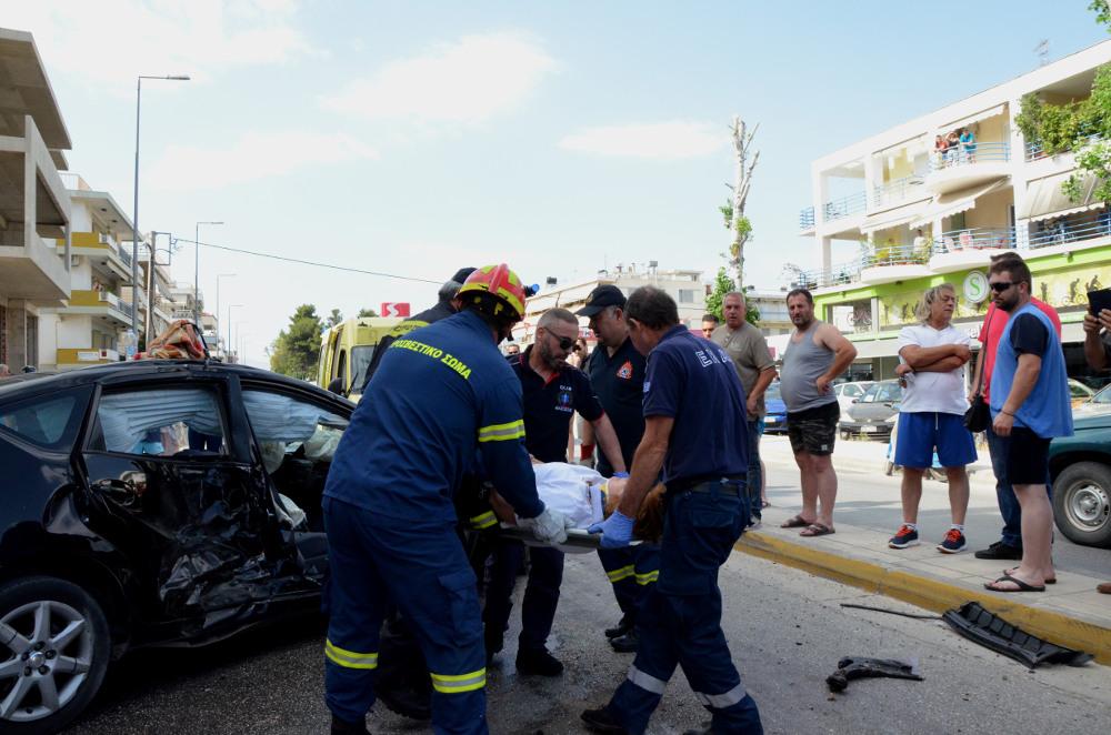 Μια από τις επιβαίνοντες του αυτοκινήτου απεγκλωβίστηκε και μεταφέρθηκε με ασθενοφόρο στο πλησιέστερο νοσοκομείο