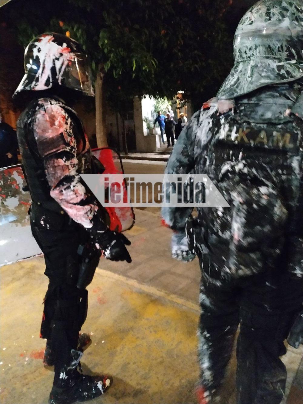 Καλυμμένοι από μπογιές οι άνδρες των ΕΚΑΜ στο Κουκάκι