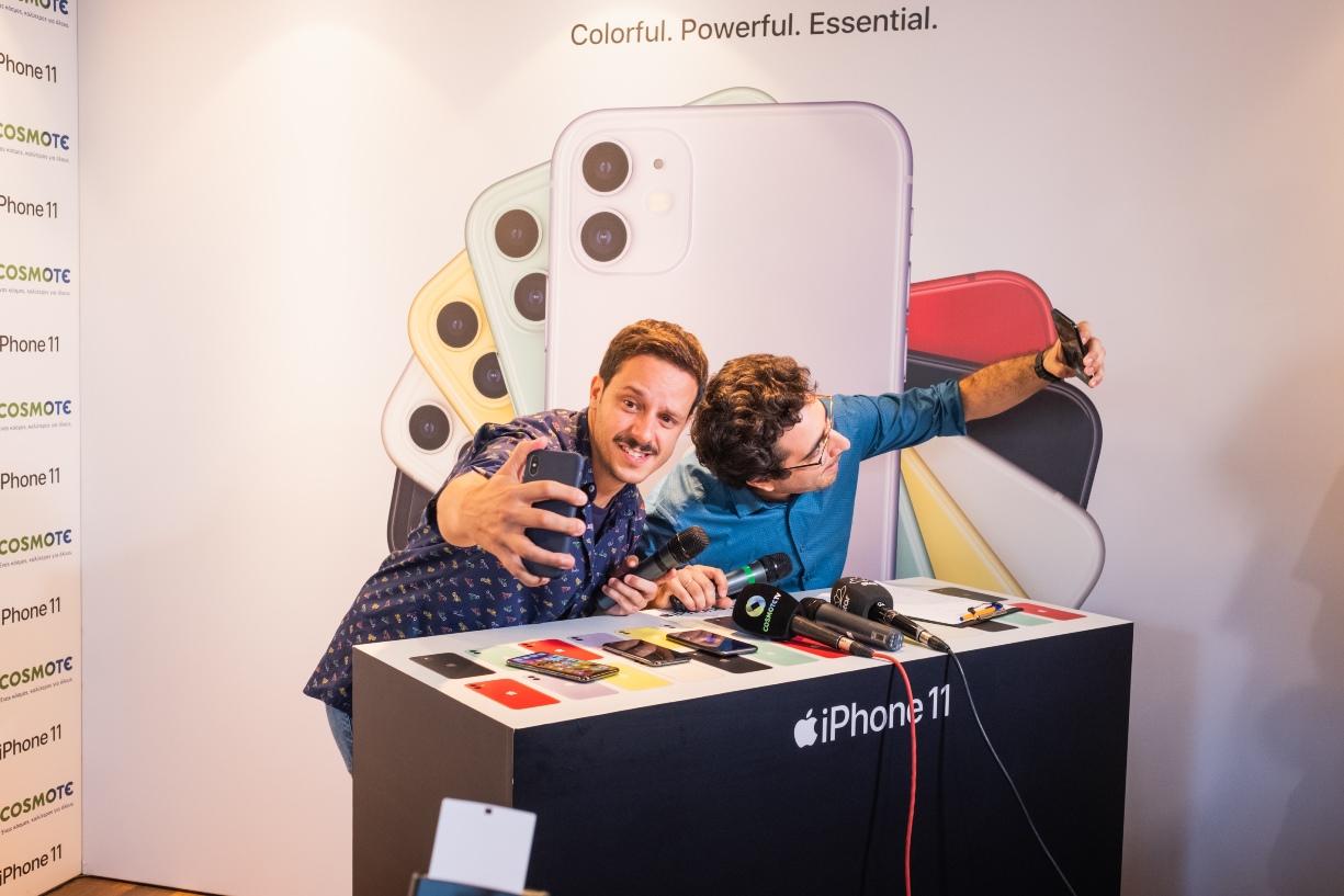 (από αριστερά) Ο Δημήτρης Μακαλιάς και ο Λάμπρος Φισφής δοκιμάζουν τα νέα iPhone 11 στην COSMOTE