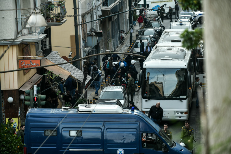 Αστυνομικές δυνάμεις έξω από το κτίριο στα Εξάρχεια