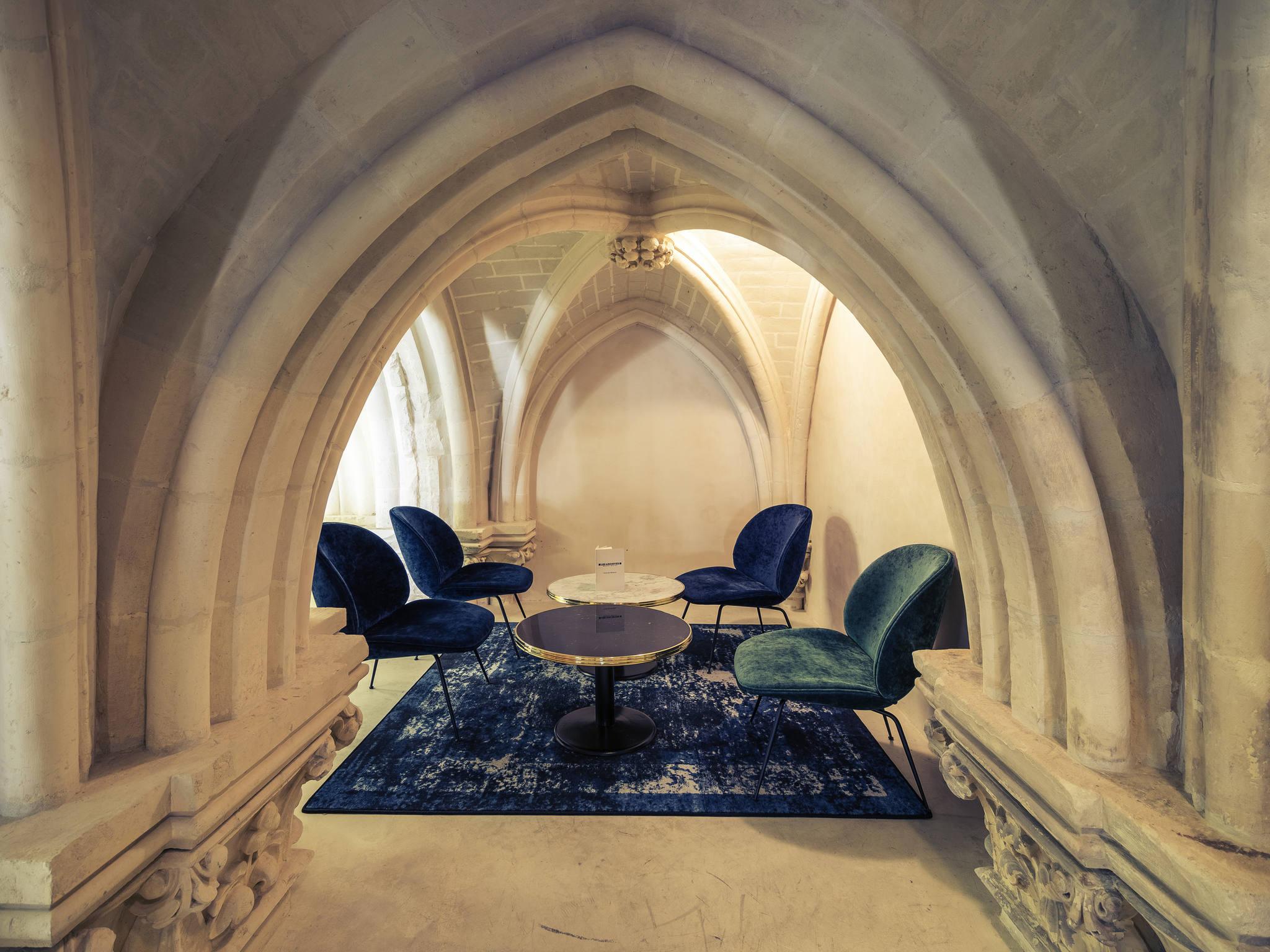 Στο εσωτερικό ενός ναού Ιησουιτών του 1854 που έγινε ξενοδοχείο