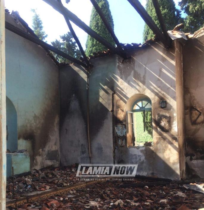 Το εσωτερικό από το εκκλησάκι μετά τη φωτιά