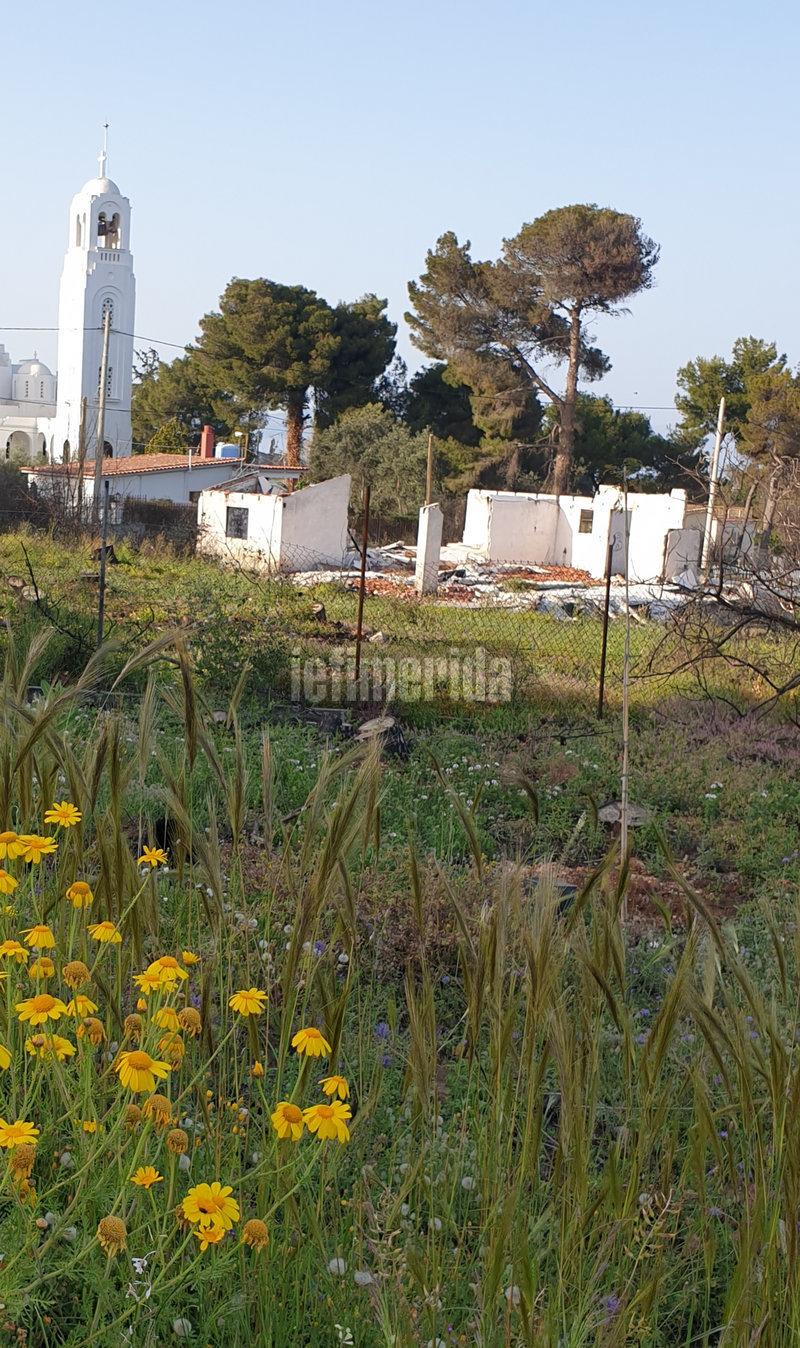 Γκρεμισμένο σπίτι δίπλα σε εκκλησία