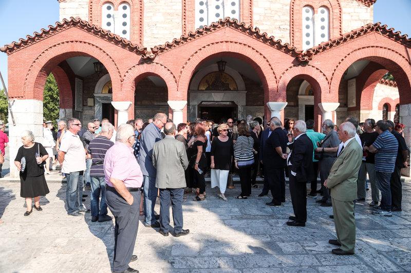 Πλήθος κόσμου στην κηδεία του Κώστα Αρβανίτη