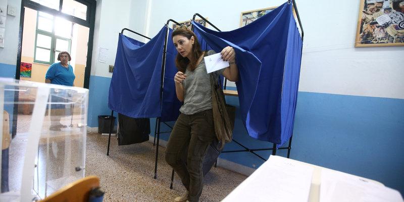 Μια ψηφοφόρος βγαίνει από το παραβάν
