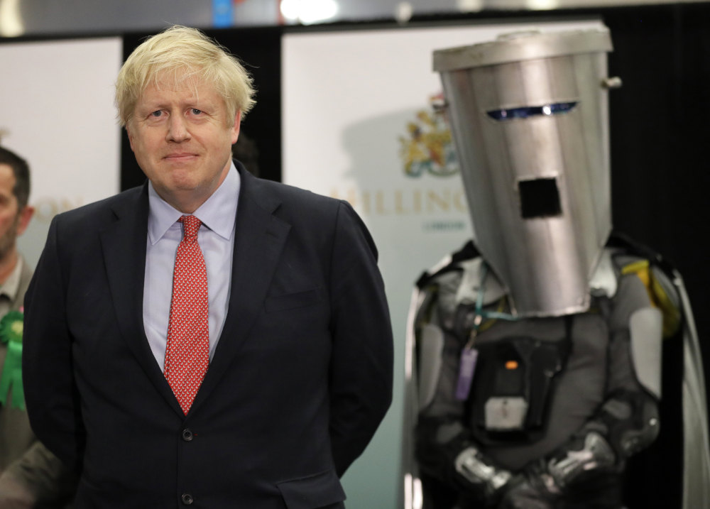 Ο Μπόρις Τζόσνον πλάι στον συνυποψήφιό του Κόμη Τενεκεδοπρόσωπο στις εκλογές στη Βρετανία