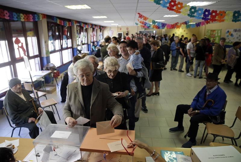 Ουρές σε εκλογικό κέντρο κατά τη διάρκεια των βουλευτικών εκλογών στην Ισπανία
