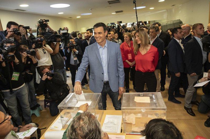 Ο Πέδρο Σάντσεθ, περικυκλωμένος από κάμερες και δημοσιογράφους, ρίχνει τη ψήφο του, νωρίτερα, σε εκλογικό κέντρο στα προάστια της Μαδρίτης