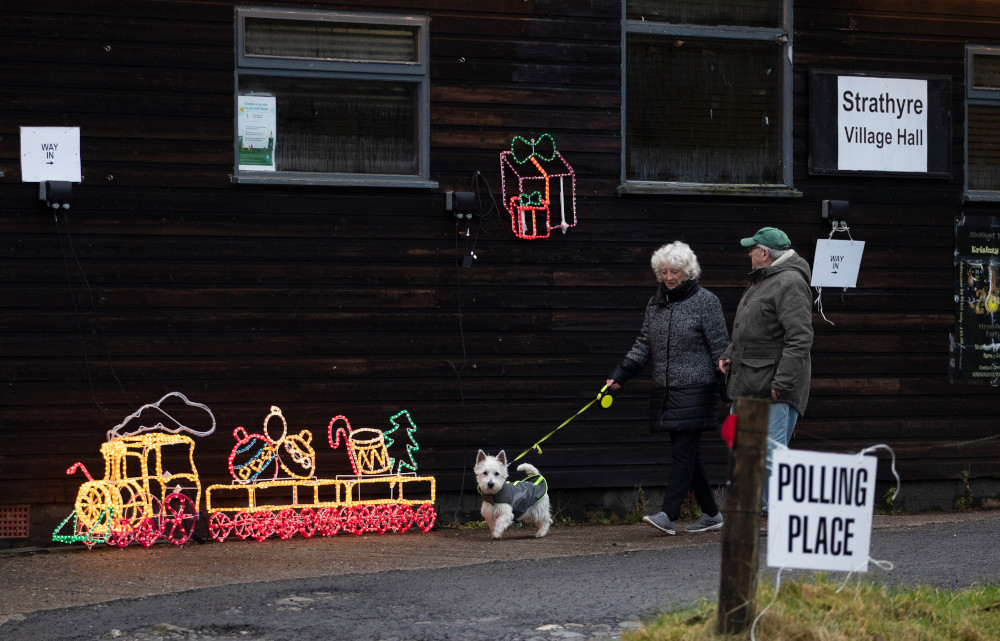 Εκλογές στη Βρετανία: Με σκύλους, γάτες και… άλογα οι ψηφοφόροι στα εκλογικά κέντρα